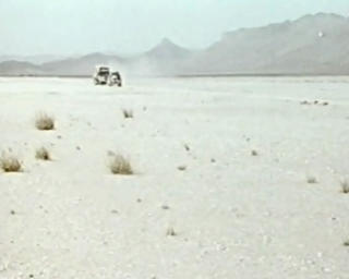 SAHARA: To av de tre bilene i kortesjen beveger seg mot 50 grader i skyggen.