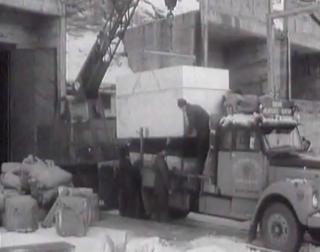 SPESIALKONSTRUERT JERNKASSE: Isblokken heises opp i jernkassen som ble fylt med isolasjonsmatter.