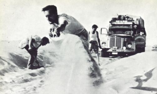 VANSKELIGE KJ�REFORHOLD I SAHARA: Mannskapet hadde problemer med at bilen ble sittende fast i �rkensanden. Her graver de i svette varmegrader.