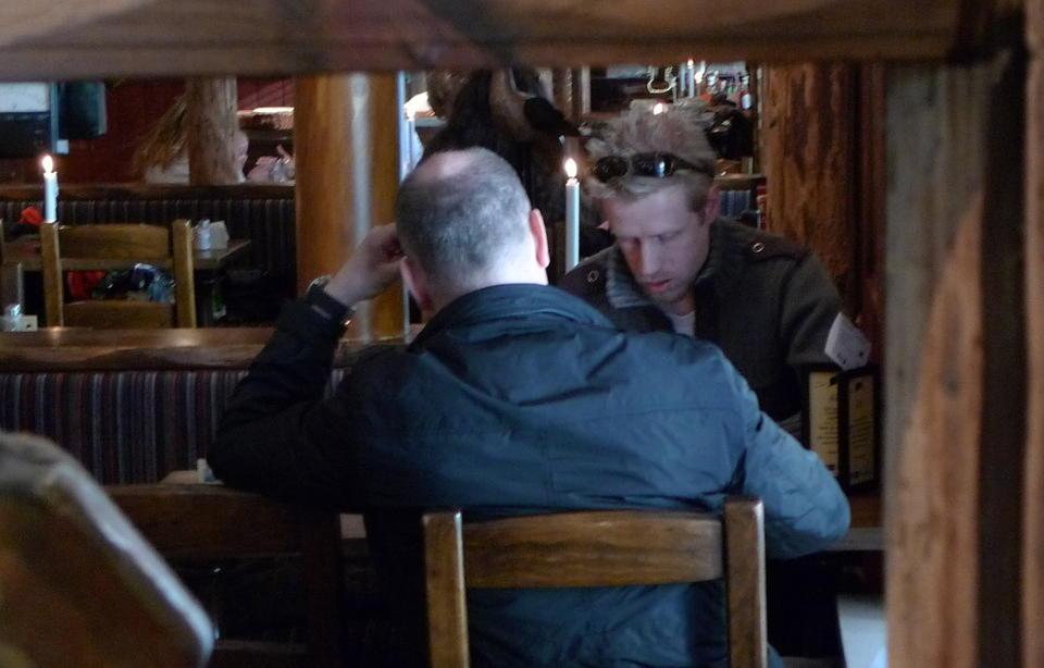 DAVID WEISS: Mannen med ryggen til er 45-�ringen som har utgitt seg for � v�re David Weiss. Han innr�mmer overfor Dagbladets reporter at offiseren og etterretningsagenten Weiss ikke finnes. Foto: Arve Bartnes