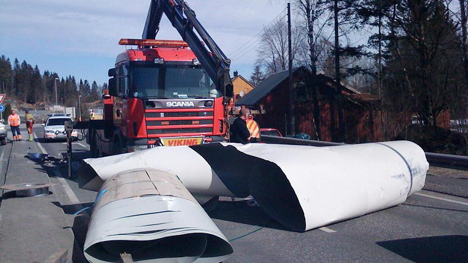 FALT AV: Denne metallrullen falt av en lastebil da lastestroppene r�k midt p� E 18 i Larvik i Vestfold. Foto: ROLF SVENDSEN