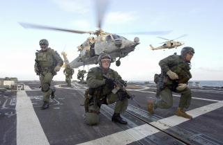 RIMELIGERE:  De som st�tter Ron Pauls forslag, mener kaperne vil v�re et rimeligere alternativ enn Navy SEAL-styrker. Dette bildet er fra en �velse i 2002. Foto: AP Photo/ U.S. Navy/SCANPIX