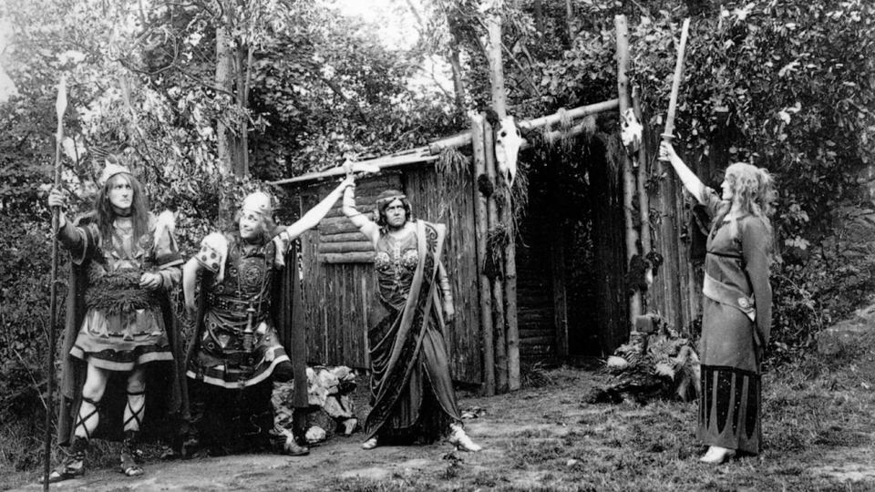 GERMANSK TEATER: Mytene som ble skapt om germanerne p� slutten av 1800-tallet sa at de b�de var kultiverte og barbariske. Teaterforestillinger ble det - til tross for ambivalens. Bildet viser en framf�ring at stykket �W�lund� basert p� norr�n mytologi. Det ble fremf�rt p� den v�lkische friluftsscenen Hartzer Bergtheater. Stykket var skrevet av Ludwig Fahrenkrog som var leder av det nyhedenske trossamfunnet Germanische Glaubensgemeinschaft (GGG). Foto: Fra boka