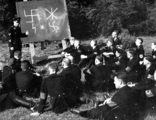 RUNESTUDIER: En Ahnenerbe-klasse f�r oppl�ring i runer under krigen. Dette er et tysk fotografi, antakelig laget for propaganda.