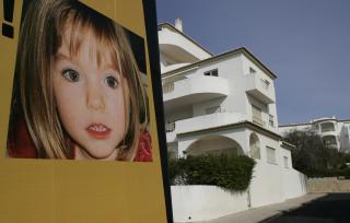 FERIEIDYLLEN SOM BLE BRUTT: Det henger fortsatt store plakater av Madeleine i den portugisiske feriebyen Praia Da luz. Foto: REUTERS/Hugo Correia/SCANPIX