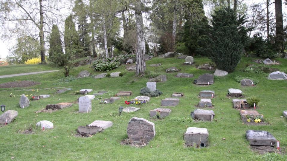 TRIST SYN: Flere gravst�tter p� kirkeg�rden ved Nordstrand kirke er veltet i l�pet av natta. Foto: ROGERIO SNARLI