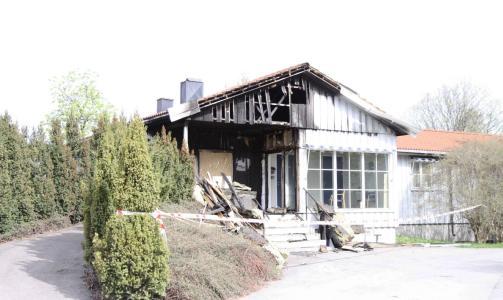 BRANN FOR TO NETTER SIDEN: Natt til 1. mai brant det i driftsbygningen til gravferdsetaten rett ved kirken. Politiet mistenker at brannen er p�tent. Foto: ROGERIO SNARLI