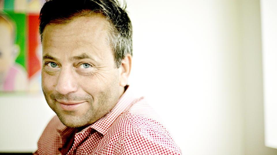 SAMLER P� SITATER: Arve Juritzen har i flere �r hatt som hobby � samle p� morsomme sitater fra norske politikere. N� har han samlet dem mellom to permer. Foto: KRISTIAN RIDDER-NIELSEN