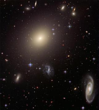 GALAKSEHOP: Stjernene og galaksene i universet i dag har utviklet seg fra   ørsmå ujevnheter av den typen man kan se i WMAP-kartet. Dette er et   bilde av galaksehopen Abell S0740. Foto: NASA, HST.