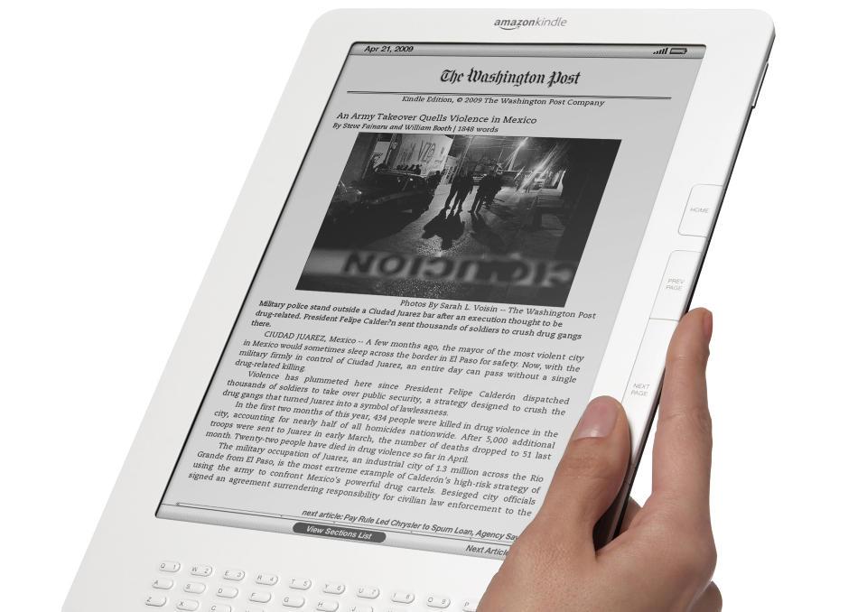 BEDRE FOR AVISER: Amazons nye lesebrett, Kindle DX, har vesentlig st�rre skjerm enn forgjengerne. Det betyr blant annet en bedre leseopplevelse med aviser i Kindle-utgave. Foto: SCANPIX