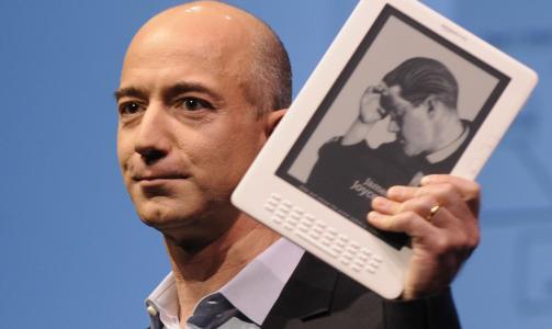 NY OG ST�RRE: Amazon-grunnlegger Jeff Bezos presenterte i g�r selskapets nye elektroniske lesebrett. Foto: SCANPIX