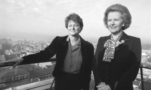 DEN GANG DA: Statsministrene Margaret Thatcher og  Gro Harlem Brundtland (t.v.) beskuer Oslo fra toppen av Regjeringsbygget da de begge styrte hvert sitt land. Foto: SCANPIX