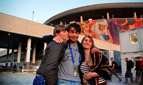 BLIR KJENT IGJEN: Alexander Rybak med to russiske fans utenfor Olympiastadion i Moskva. Foto: PÅL NORDSETH