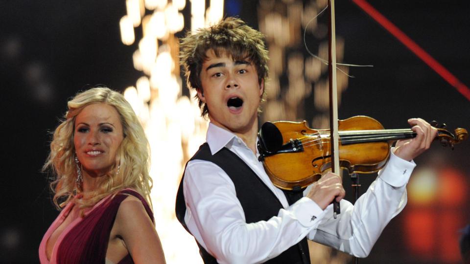 IKKE FORN�YD MED ALEXANDER: Britenes Eurovision-kommentator er ikke imponert over Norges bidrag  AFP PHOTO / DMITRY KOSTYUKOV