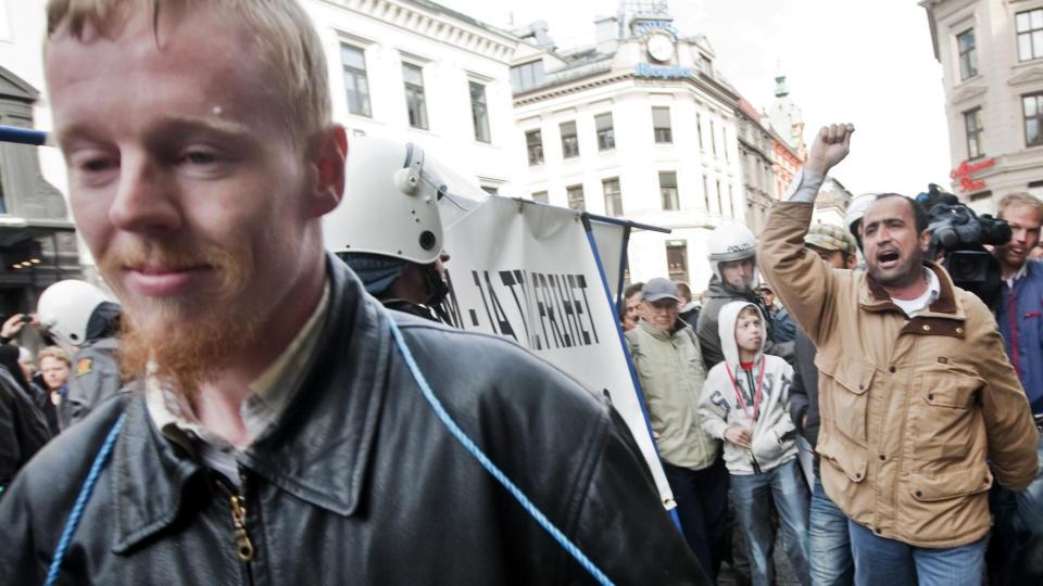 M�TTE F� POLITIESKORTE: Leder i Norgespatriotene, �yvind Heian, holdt en motdemonstrasjon p� Egertorget i Oslo da en markering mot muslimhets i Norge passerte fredag ettermiddag. Foto: Kyrre Lien / SCANPIX