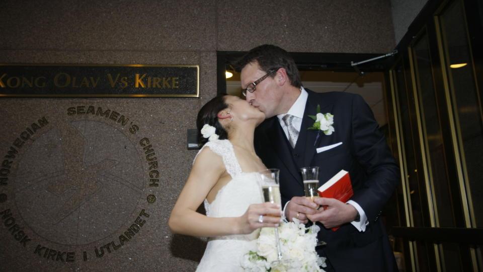 EKTEPAR: Johan Olav Koss og Jennifer Lee tar et kyss til �re for fotografene etter nattens vielse p� den norske sj�mannskirken i New York. Foto: �RJAN F. ELLINGV�G