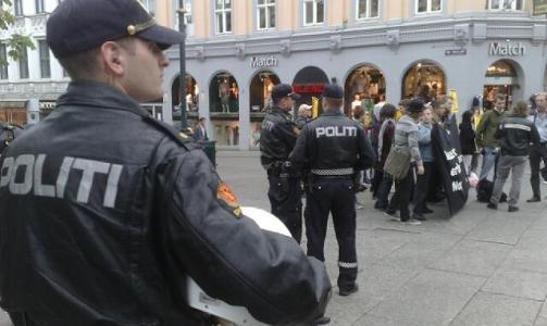 SOS RASISME: Politiet anmodet gruppen av demonstranter til � flytte seg cirka femti meter fra inngangen til TV2. Foto: HARALD S. KLUNGTVEIT