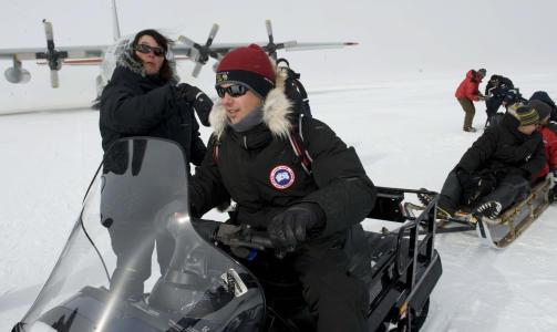 PÅ PINSETUR: Kronprinsesse Victoria, kronprins Frederik og kronprins Haakon kom til The north Greenland Eemian ice Drilling-NEEM lørdag. I 19 grader minus fikk de tre oppleve isforskningen på stasjonen. Foto: Jonas Ekströmer / SCANPIX
