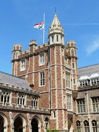 HALV STANG: Skolen der den norsk-britiske gutten gikk flagget i dag p� halv stang. Foto: Clifton College