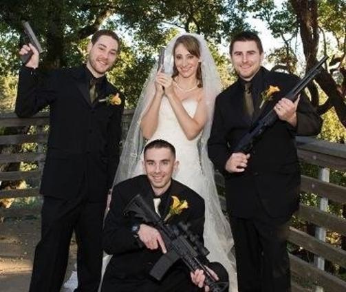 SHOTGUN WEDDING: Bryllupsbilder finnes det flere av p� nettstedet, og mange av dem er morsomme. For eksempel bildet Lean on me, der brudgommen har sovnet p� brystet til bruden. Foto: Awkward Family Photos