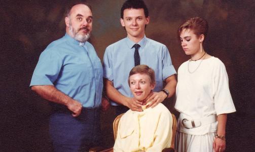 THE CHOKER: - Dette er hva som skjer n�r din mannlige rollemodell b�de er prest og gyml�rer, er bildeteksten p� dette familiebildet. Foto: Awkward Family Photos