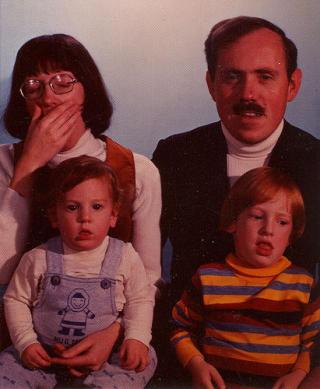 INNSENDT AV FAMILIEN SELV: If�lge bloggen er dette fotoet av familien Hanscom, som har sendt inn bildet selv. Foto: Awkward Family Photos