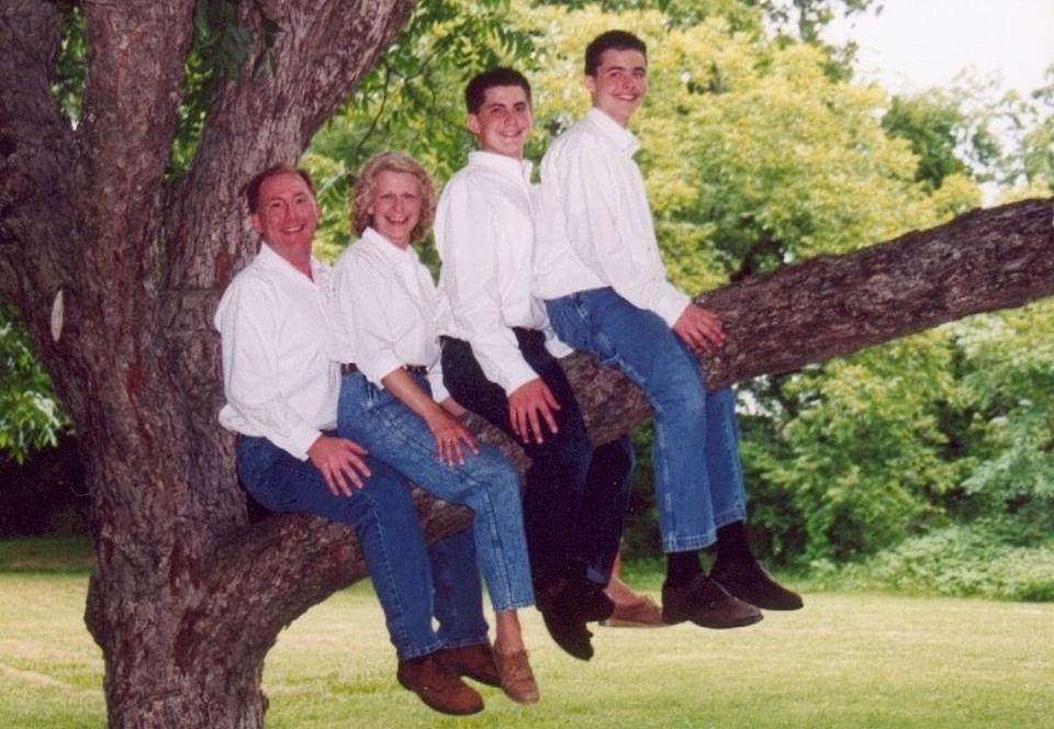 FAMILY TREE: Det f�rste bildet som ble lagt ut p� bloggen Awkward Family Photos, og fortsatt bloggskapernes favoritt. Hvorfor? Se lenger ned i saken. Foto: Awkward Family Photos
