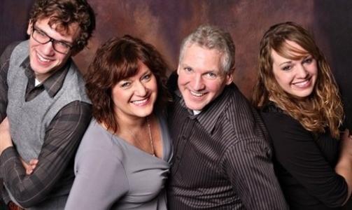 THE LEAN: Fotografer finner p� mye rart. Her har familien f�tt beskjed om � lene seg framover. Foto: Awkward Family Photos