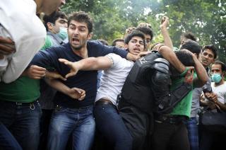 OPPR�RTE: Ikledd karakteristiske gr�nne plagg, gikk Mir Hossein Mousavi-tilhengere l�s p� politiet i protest mot det de kaller et kupp. - Kokepunktet er n�dd etter 30 med nedverdigelse og ydmykelse, sier Keshvari til Dagbladet. Foto: SCANPIX/AFP PHOTO OLIVIER LABAN-MATTEI