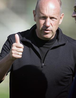 IMPONERT: Ekspertkommentator og tidligere landslagstrener Nils Johan Semb tar av seg hatten for RBK. Foto: Gorm Kallestad / SCANPIX