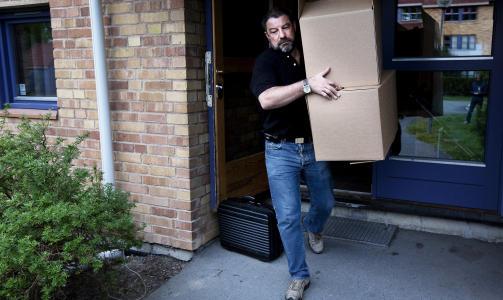 RANSAKELSE I DAG: Krimteknikere fra oslopolitiet bragte ut flere beslag fra siktedes leilighet i kveld. Foto: HENNING LILLEG�RD