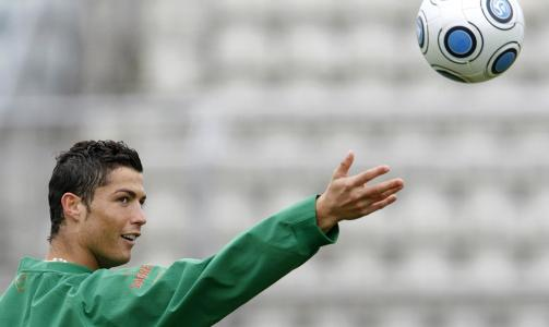 VERDENS DYRESTE: Cristiano Ronaldo er bare en signatur unna � bli Real Madrid-spiller, etter at spanjolene ble enige med Manchester United om overgangssummen. Foto: REUTERS