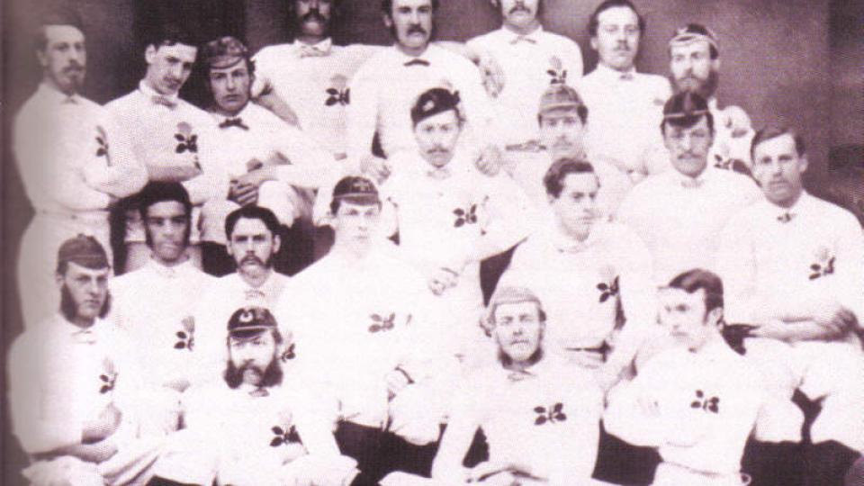 STARTEN: Den f�rste fotballandskampen ble spilt i Skottland i 1872. Da kom England p� bes�k. Dette bildet viser den f�rste engelske rugbytroppen fra �ret f�r, men stilen var nok ganske lik �ret etter. England stilte i en 1-2-7-formasjon, mens skottene spilte 2-2-6. Kampen endte 0-0...