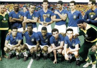 FLEKSIBLE: Brasil vant VM i Sverige i 1958, med en formasjon et sted mellom 4-2-4 og 4-3-3. N�kkelen var vingen Mario Zagallo (nr. 2 fra h�yre nederst), som la seg dypt og ble en ekstra midtbanespiller.