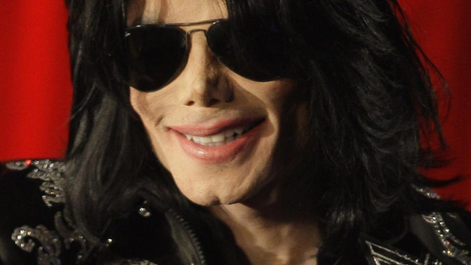 PUSTET IKKE:  Michael Jackson pustet ikke da ambulansen hentet ham hjemme i Los Angeles i kveld. Her fotografert i London i mars i �r. Foto: AP/SCANPIX
