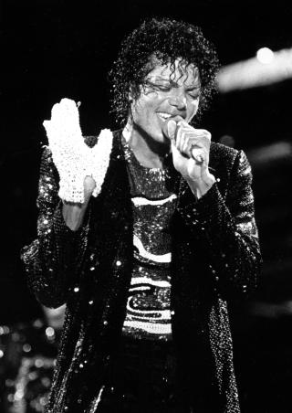 BLE FUNNET LIVL�S: Michael jackson, her p� et bilde fra �Thriller�-tida, pustet ikke da ambulansemannskapene kom fram til huset der han bodde i Los Angeles. Foto: AP/SCANPIX