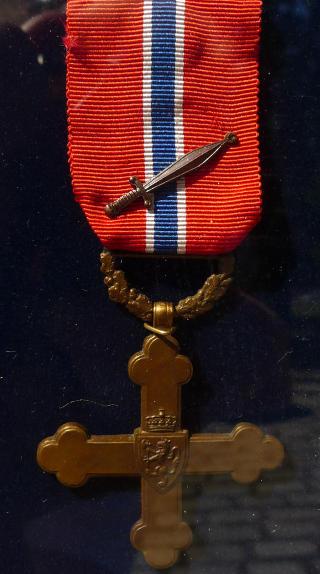 KRIGSKORSET MED SVERD: Totalt er 280 medaljer utdelt. Av disse gikk mange til utlendinger av diplomatiske �rsaker. Bare 147 nordmenn er tildelt Krigskorset. De fleste for spesiell tjeneste. Bare sju personer i H�ren utenom spesialtjeneste er tildelt Krigskorset. Av disse bare fem for innsats under felttoget i Norge i 1940. I statuttene for tildeling av Krigskorset heter det at det skal v�re personlig tapperhet eller ledelse av avdeling eller fart�y i kamp som legges til grunn. Foto: Kristoffer Egeberg