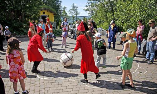 LEK OG MORO:  P� g�rdsplassen utenfor Mummi-huset deltar b�de skuespillere og ungene i den viltre leken.