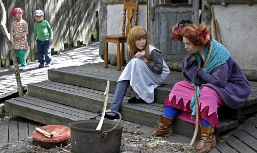 SKEPTISK: Et par sm�unger lister seg forsiktig rundt hushj�rnet for � kikke p� trollkjerringene...