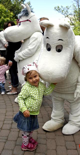 KRAMGOD: -Deilig � gi Mummi-pappa en riktig god klem, sier Josefine Keskinen (3).