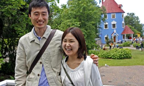 STOR I JAPAN: Helt fra Japan dro dette ekteparet  for � oppleve Mummidalen. Saori (27) og Yositada (31) synes Mummi-eventyrene er b�de artige og gode.