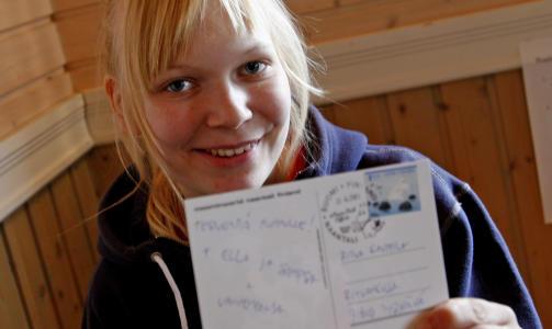 EGET STEMPEL Mummidalen har selvsagt eget poststempel. 19 �r gamle Anette Rantala har sommerjobb p� postkontoret for tredje �ret p� rad.