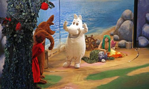 TEATER: �rets teaterforstillling handler om den skadde havfruen som kun kan bli hjulpet dersom noen f�r tak i dragens t�rer.