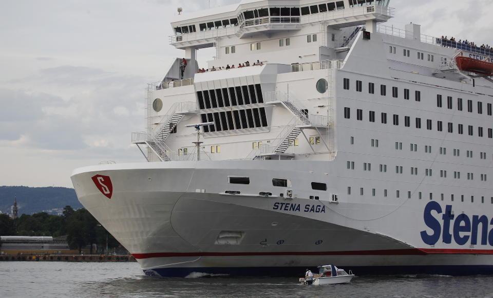 HER GÅR DET NESTEN GALT: En småbåtfører forsøkte å oppnå nærkontakt med danskebåten. Foto: Hans Arne Vedlog/Dagbladet