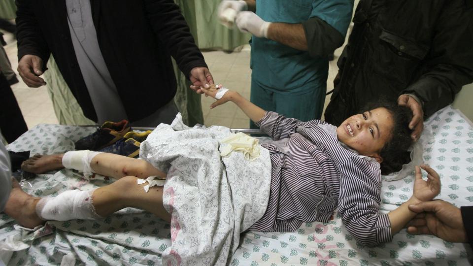 300 BARN DREPT: Her ligger ei palestinsk jente på sykehus etter et israelsk bombeangrep. Amnesty har dokumentert omfattende brudd på menneskerettighetsforbrytelser. Foto: AP Photo/Eyad Baba/Scanpix