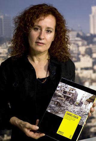DOKUMENTERER KRIGSFORBRYTELSER: Amnestys Donatella Rovera poserer med den 117 sider lange rapporten organisasjonen har utarbeidet om Gaza-krigen. Foto: REUTERS/Darren Whiteside/Scanpix