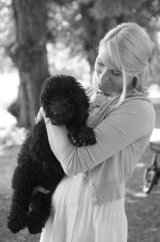 KJ�LEDEGGE: Kronprinsesse Mette-Marit med hunden Milly Kakao i parken p� Bygd�y Kongsg�rd. Foto: Veronica Mel� / Det Kongelige Norske Hoff / SCANPIX