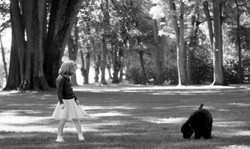 NYTT FAMILIEMEDLEM:Prinsesse Ingrid Alexandra med hunden Milly Kakao i parken p� Bygd�y Kongsg�rd.  Foto: Veronica Mel� / Det Kongelige Norske Hoff / SCANPIX