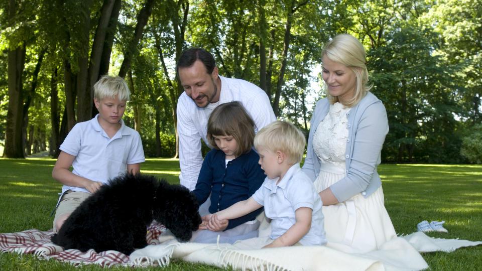 MILLY P� PLASS: Kronprinsfamilien har g�tt til anskaffelse av en labradoodle. Her er familien samlet rundt valpen Milly Kakao p� Bygd�y Kongsg�rd. Foto: Veronica Mel�/Det Kongelige Norske Hoff/SCANPIX