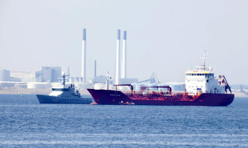 URAN:  Malta-tankeren «Kapitan Lus» med 182 tonn uran ombord, ligger med slagside og hull i skroget. Foto: DRAGO PRVULOVIC, SCANPIX.